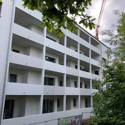 1. Mai 2020 Rückseite des Genossenschaftshauses mit Laubengängen.